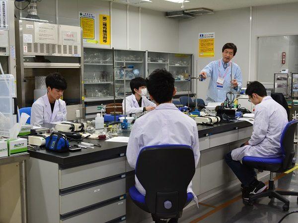 化学五輪代表の高校生が合宿で特訓
