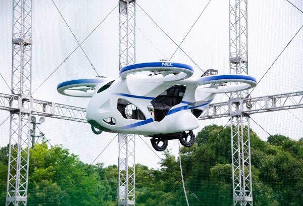 空飛ぶクルマ の試作機が浮上